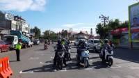 Satuan Lalulintas (Satlantas) Polres Gowa buat marka jarak 1 meter diperempatan trafic light jalan Malino Kab. Gowa.