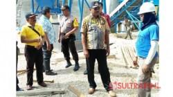 Bupati Buton Tengah, Samahuddin saat memantau pabrik Aspal di Desa Lolibu. (Foto: Ali Tidar/SULTRAKINI.COM)