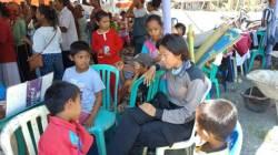Polwan Polda Sultra saat bersama anak-anak korban gempa dan tsunami Palu, Sulteng, Selasa (9/10/2018), (Foto : Bid Humas Polda Sultra/SULTRAKINI.COM)