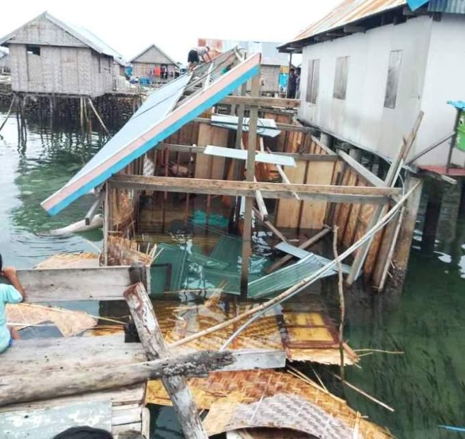 Rumah yang roboh dihantam angin kencang. (Foto: Istimewa)