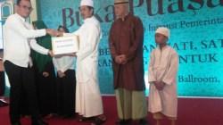 GM Hotel Claro Kendari, Syahrir Ramadan, saat memberikan sembako ramadan kepada panti asuhan terpilih secara simbolis. (Foto: Muh Yusuf /SULTRAKINI.COM).