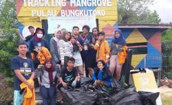 Mahasiswa KKN Tematik UHO Bersihkan Kawasan Tracking Mangrove Bungkutoko
