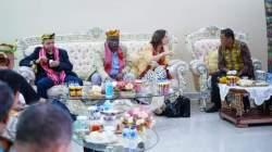 Bupati Kolaka, Ahmad Safei menerima tamu negara di Kota Kendari. (Foto: Istimewa)