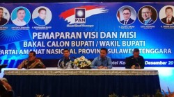 dr. Baharuddin (kedua dari kanan) saat memaparkan visi misinya dalam penjaringan sebagai bakal calon Bupati Muna di PAN, Sabtu (21/12/2019). (Foto: Hasrul Tamrin/SULTRAKINI.COM)