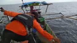 Proses evakuasi kapal Longboat yang mati mesin di perairan Pulau Lemo, Kolaka, Minggu (26/7/2020) (Foto: Dok.Basarnas)