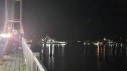 """Suasana Jembatan Teluk Kendari pada malam hari. Sebagai objek """"kerumunan"""" baru bagi warga Kota Kendari dan sekitarnya."""