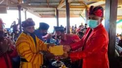 Bupati Busel menyerahkan bantuan pelestarian adat di Batuatas (Foto: Dokumentasi Diskominfo Busel)