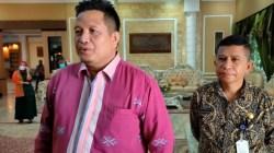 Bupati Muna LM Rusman Emba (kiri) di dampingi Kabag Protokol dan Komunikasi pimpinan Setda Muna, Ali Syadikin. (Foto: LM Nur Alim/SULTRAKINI.COM)