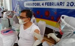 Bupati Wakatobi Orang Pertama di Vaksin, Wakil Batal karena Asma
