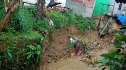 Tampak tanggul yang ambruk dan membahayakan rumah warga, (Foto: LM Nur Alim/SULTRAKINI.COM)