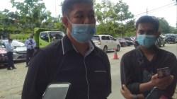 Kepala Desa Rahantari, Ebit usai dimintai keterangan pihak kepolisian.(Foto: Riswan/SULTRAKINI.COM)