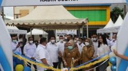 Pengguntigan pita dimulainya pasar murah Kadin Sultra oleh Ketua Kadin, Kadis Disperindag Sultra, dan Wakil Wali Kota Kendari, (Foto: Ist)