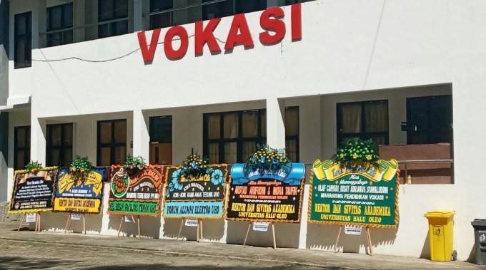 Tampak halaman gedung Teknik Vokasi dipenuhi karangan bunga, (Foto: Al Iksan/SULTRAKINI.COM)