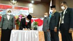 Bupati Wakatobi, Haliana menandatangani berita acara serah terima jabatan yang disaksikan oleh para pimpinan DPRD Wakatobi. (Foto: Amran Mustar Ode/SULTRAKINI.COM)