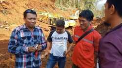 Warga Desa Puusuli saat menutup jalan hauling, (Foto: Aripin Lapotende/SULTRAKINI.COM)