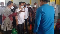 Bupati Wakatobi Haliana (kemeja putih) didampingi Kepala PPS Kendari meninjau pabrik pengolahan hasil-hasil perikanan dan kelautan di PPS Kendari, (Foto: Hasrul Tamrin/SULTRAKINI.COM)