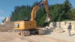 Alat berat yang akan melakukan pekerjaan di lokasi proyek. (Foto: Amran Mustar Ode/SULTRAKINI.COM)