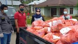 Ketua PMI Cabang Konawe, Titin Nurbaya Saranani, beserta tim akan menyerahkan paket sembako kepada warga di Desa Amonggedo, (Foto: Andi Nur Aris. S/SULTRAKINI.COM)