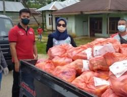 PMI Konawe Distribusikan 148 Paket Sembako Bagi Warga Lockdown di Amonggedo