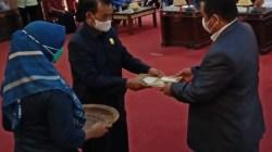 Bupati Muna LM Rusman Emba saat menerima hasil keputusan DPRD Muna tentang rekomendasi LKPj yang diserahkan oleh Ketua DPRD Muna La Saemuna, (Foto: LM Nur Alim/SULTRAKINI.COM)
