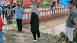 Bupati Koltim, Andi Merya Nur saat meninjau titik-titik genangan air di Koltim, (Foto: Hasrianty/SULTRAKINI.COM)