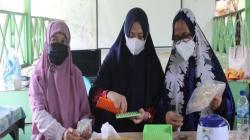 Pelatihan pengelolaan bee bread menjadi suplemen kesehatan yang diajarkan oleh tim PKM UHO. Foto: IST.