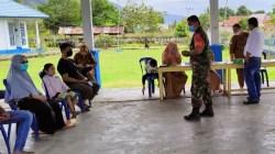 Suasana proses pemeriksaan atau screening sebelum vaksin, (Foto: Tim Penerang Kodim 1413/Buton)