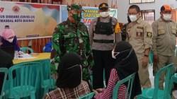 Ketua Tim Sosialisasi dan Edukasi Penanganan Covid-19 Provinsi Sultra, Kolonel Arh Sapta Rendra, saat memantau proses vaksinasi di Makodim 1413/Buton. (Foto: Aisyah Welina/SULTRAKINI.COM)