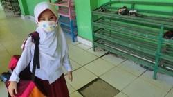 Salah satu sekolah di Kendari yang melakukan tatap muka secara terbatas dengan protokol kesehatan yang ketat. Model Meyshiu, salah satu siswa SD di Kota Kendari. Foto: Djufri/SultraKini.com.