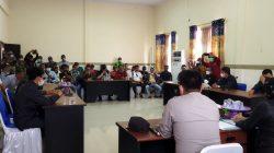 Masyarakat yang tergabung dalam simpatisan SBM mendatangi DPRD Koltim mendesak partai pengusung agar segera melakukan pemilihan Wakil Bupati Koltim, (Foto: Hasrianty/SULTRAKINI.COM)