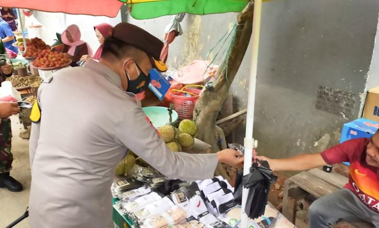 TNI-Polri bagi masker