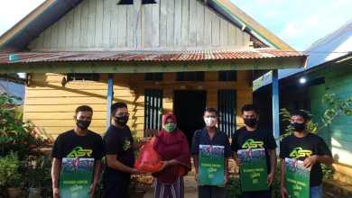 Tak Mau Ketinggalan, Relawan ASR Konut Berbagi Paket Sembako Kepada Lansia