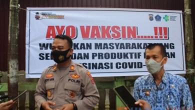 Polri Presisi, Kapolsek Mandonga Pantau Vaksinasi Perdana di Watulondo Kendari