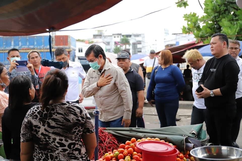 Walikota GSVL Pantau Aktifitas Pasar dan Bagikan Masker kepada Penjual dan Pembeli di Pasar Bersehati