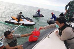 Wagub Kandouw Bersama Forkopimda Sulut Bagikan Sembako ke Warga Pesisir Pantai Utara
