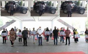 Setir Mobil Sendiri ke Kantor, Gubernur Olly Serahkan Santunan Bagi 10 Ahli Waris Pekerja Keagamaan