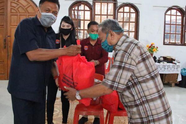Selain Sambangi Basecamp Wagub Kandouw, Gubernur Olly Salurkan 504 Paket Sembako di GPdI Kakas Kota