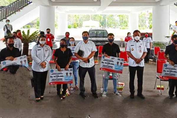 Serahkan Bantuan Duka dan IKM, Gubernur Olly Launching Operasi Pasar Murah Bapok Bersubsidi