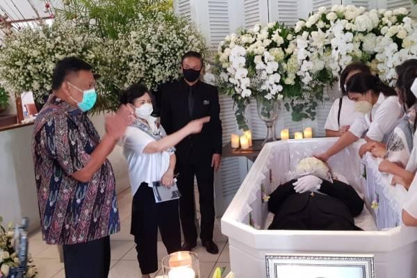 Melayat ke Rumah Duka Edwin Kawilarang, OD Disambut Ibu Harumi
