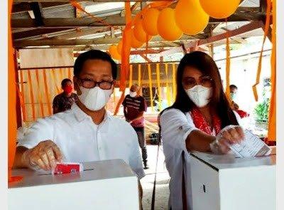 Steven Kandouw dan Istri Coblos di TPS 10 Tanjung Batu Wanea