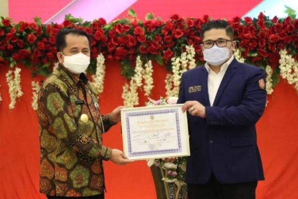 Komitmen Dorong Kesetiakawanan Sosial, Pjs Gubernur Fatoni Terima Penghargaan dari Karang Taruna Sulut