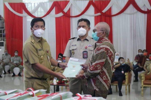 Serahkan 4.360 Sertifikat Tanah, Wagub Kandouw Apresiasi Pemerintah Pusat