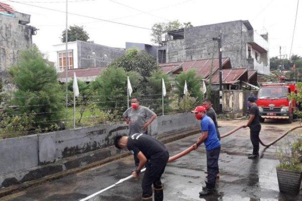 Pasca Banjir, Satpol PP Pemprov Sulut Berjibaku Bersihkan Rumah Warga dari Lumpur