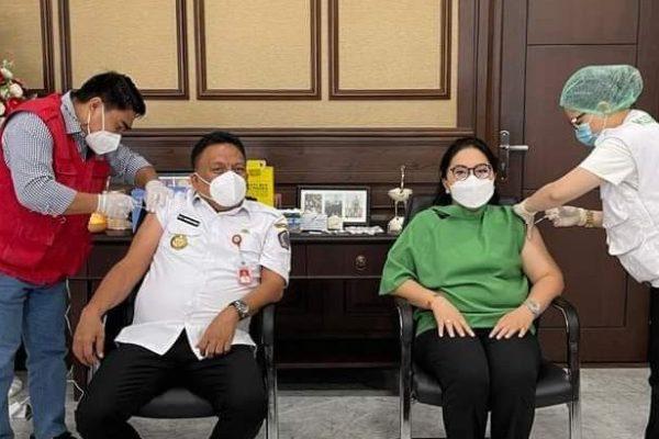 Gubernur Olly dan Ibu Rita Terima Vaksin Covid-19 Dosis Kedua, Mari Jo Torang Sukseskan Program Vaksinasi