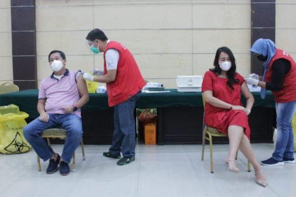 Wagub Kandouw Suntik Vaksin Sinovac Tahap 2 Bersama Istri, Ingatkan Disiplin Prokes