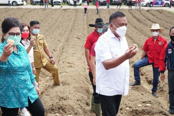 Gubernur Olly Dondokambey Lakukan Pencanangan Desa Hortikultura di Desa Makaroyen dan Ranoyapo