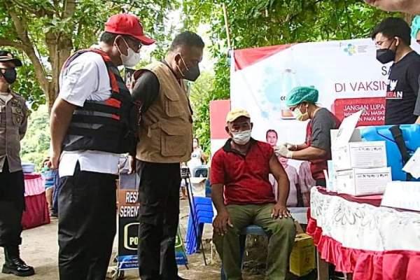 Gubernur Olly Tinjau Vaksinasi Massal di Pulau Lembeh