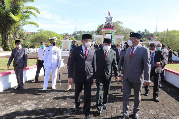 Walikota Angouw dan Wakil Walikota Sualang  Ziarah TMP Kairagi