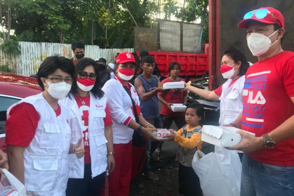Ketua PMI Sulut Annie Dondokambey Berbagi Kasih di TPA Sumompo