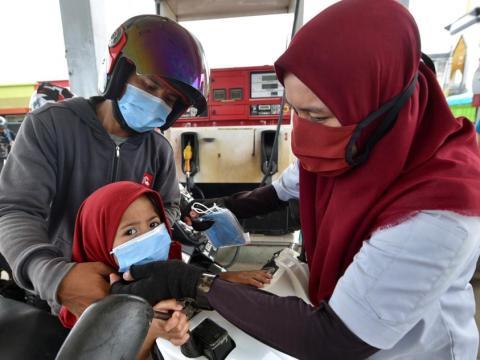 Bagikan Masker, Pertamina Cegah Cluster di Posko Pengungsian